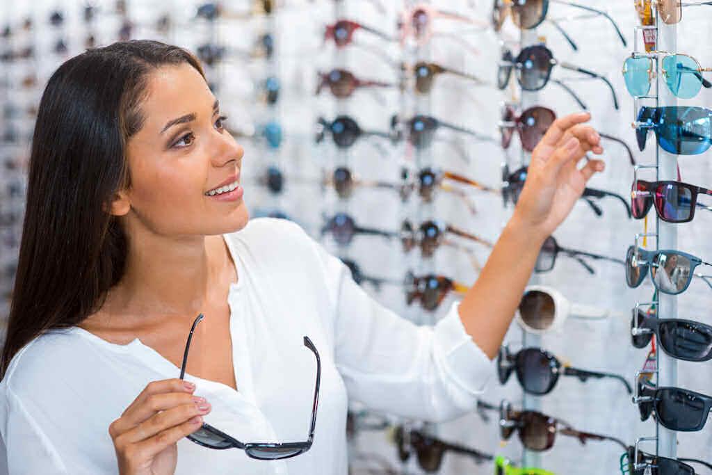Come scegliere gli occhiali da sole sicurezza e confort for Attrici con gli occhiali da vista