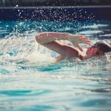 Nuotare in piscina con occhialini graduati